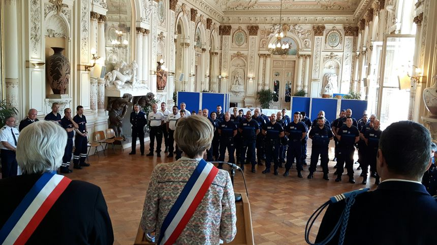 Les policiers municipaux accueillent leurs nouveaux collègues - Radio France