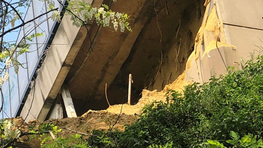Le sol sablonneux sous le viaduc s'est en partie effondré.