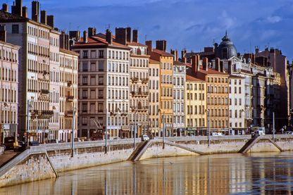 A Lyon, les habitants apportent leurs déchets sur les barges amarrées quais de Saone