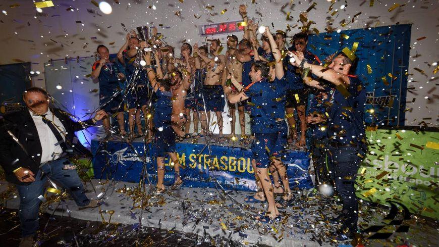La joie des joueurs du Team Strasbourg, qui soulèvent leur premier trophée de champions de France.
