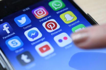 Légende : Faut-il quitter Facebook ? YouTube nous pousse-t-il vers plus de radicalité ? Les réseaux sociaux abusent-ils de notre confiance pour gagner plus d'argent avec la publicité ?