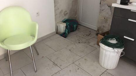 Nicole a nettoyé son sol pendant plusieurs heures avec des aspirateurs à eau.  - Simon Soubieux