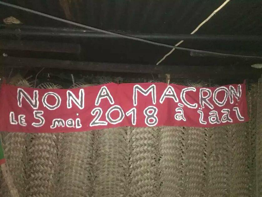 Banderole du Comité Gossanah, contre la venue d'Emmanuel Macron