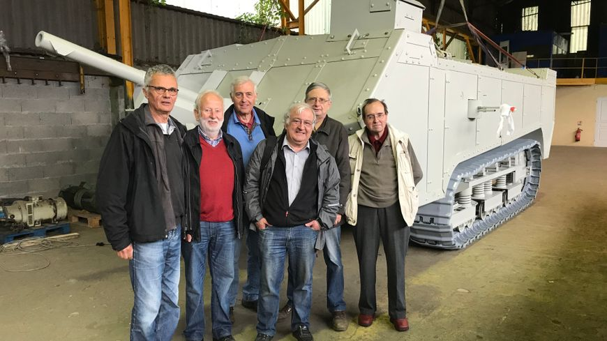 Une soixantaine de personnes, retraités et lycéens, ont travaillé sur cette maquette grandeur nature d'un char Saint-Chamond.