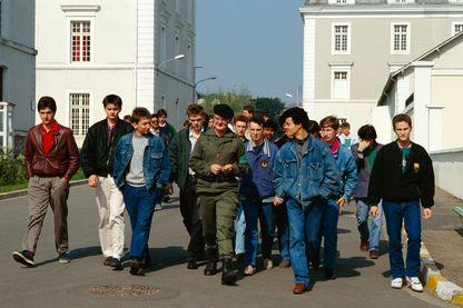 Des recrues de l'armée arrivent pour s'entraîner à Blois, en France. Elles subiront des tests physiques et intellectuels avant de commencer leur service national obligatoire.