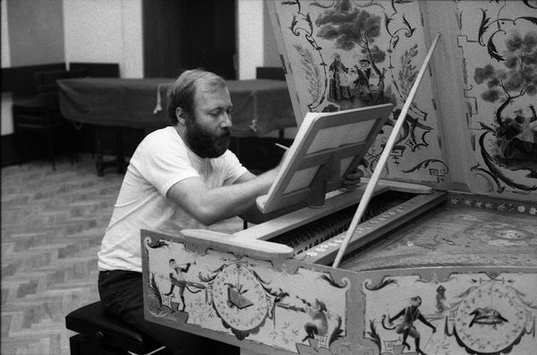 Photo of Scott Ross recording Domenico Scarlatti's 555 sonatas, at the Radio France Studio 107, on 4 December 1985 © Radio France / Radio France