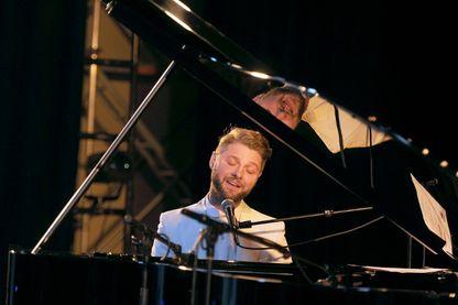 Le chanteur canadien Pierre Lapointe lors d'un concert à La Rochelle (2014)