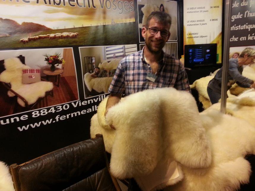 Julien Albrecht propose pour le bien-être des peaux d'agneaux issues d'un élevage biologique