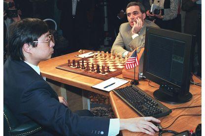 Garry Kasparov, champion du monde d'échecs dans le jeu qui l'oppose à l'ordinateur IBM Deep Blue en 1997 à New-York. Feng-Hsiung Hsu de la société IBM réalise les mouvements donnés par l'ordinateur.