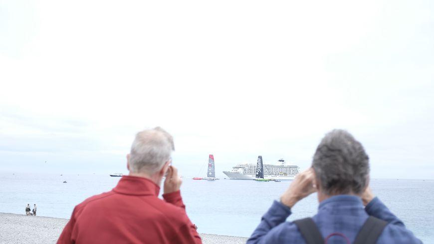 Deux spectateurs en train d'admirer les trimarans de l'Ultimed