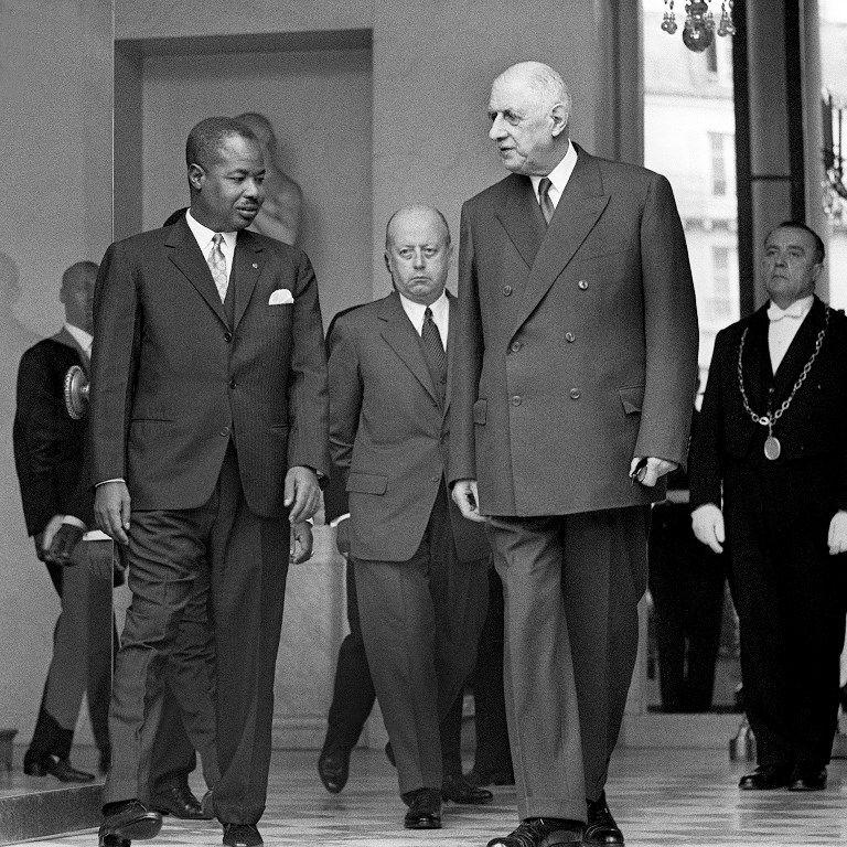 Le président camerounais Ahmadou Ahidjo et le président français Charles de Gaulle, suivi par Jacques Foccart, 21 juin 1967.
