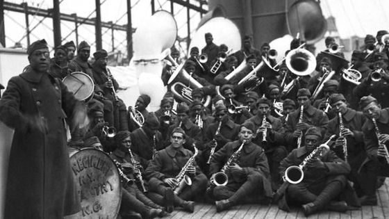 James Reese Europe (à gauche) et son jazz band, le 369e régiment d'infanterie