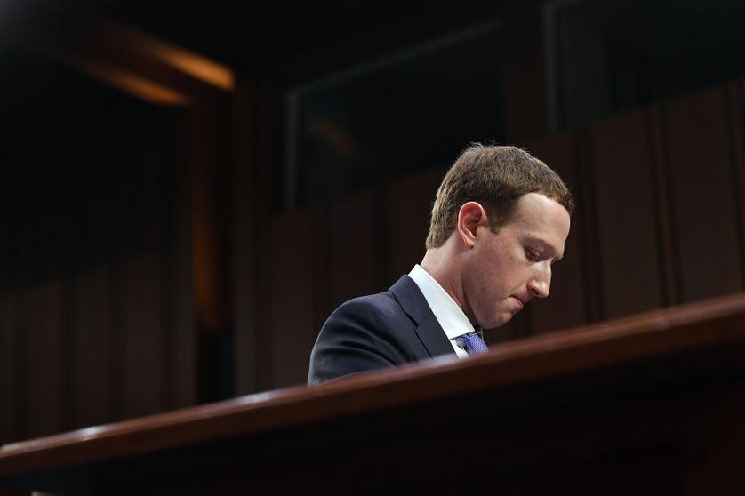 Mark Zuckerberg face au Sénat américain le 10 avril 2018. Pour s'excuser pour la première fois à ce niveau, le patron de Facebook a troqué son habituel tee-shirt pour un costume-cravate