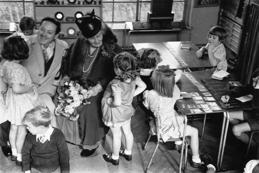 Maria Montessori (1870-1952) avec un groupe d'enfants dans une classe à Londres.