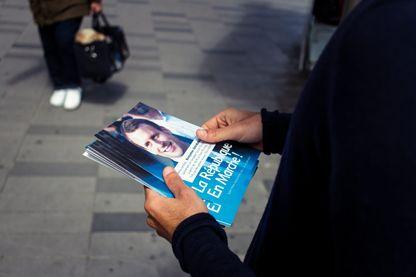 Tractage en faveur du parti d'Emmanuel Macron à Paris lors des législatives de 2017