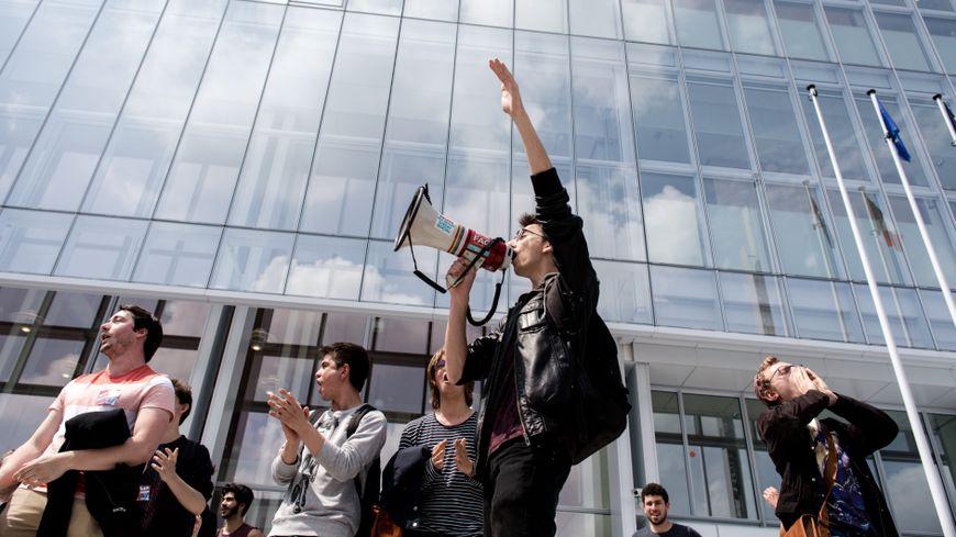 Des étudiants du lycée Arago venus manifester devant le tribunal de Paris (17e arrondissement)