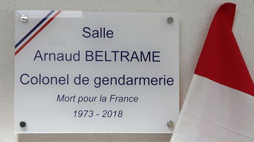 la plaque dévoilée jeudi soir dans la salle du conseil municipal d'Aubord au nom d'Arnaud Beltrame
