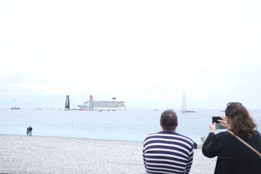 Un couple prend en photo les bateaux peu avant le départ