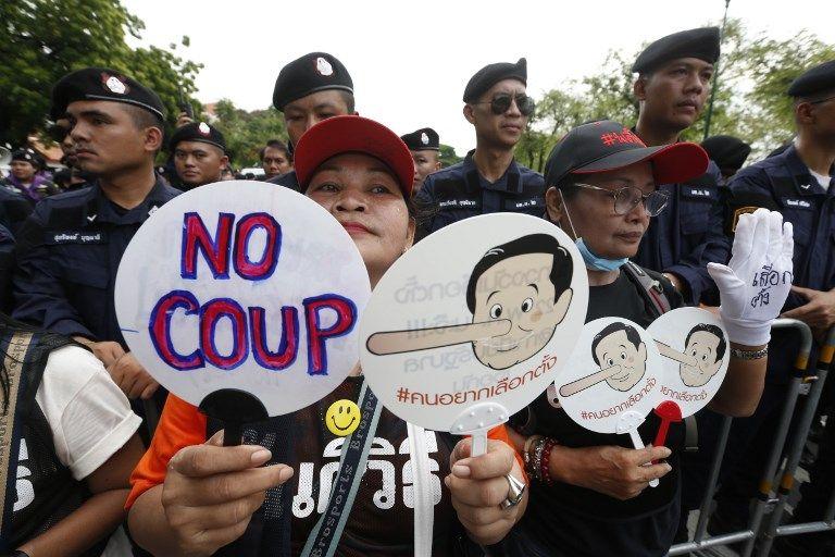 Manifestants d'opposants après les quatre ans de pouvoir militaire, exhibant la caricature du premier ministre Prayut Chan-o-cha, affublé du nez de Pinocchio