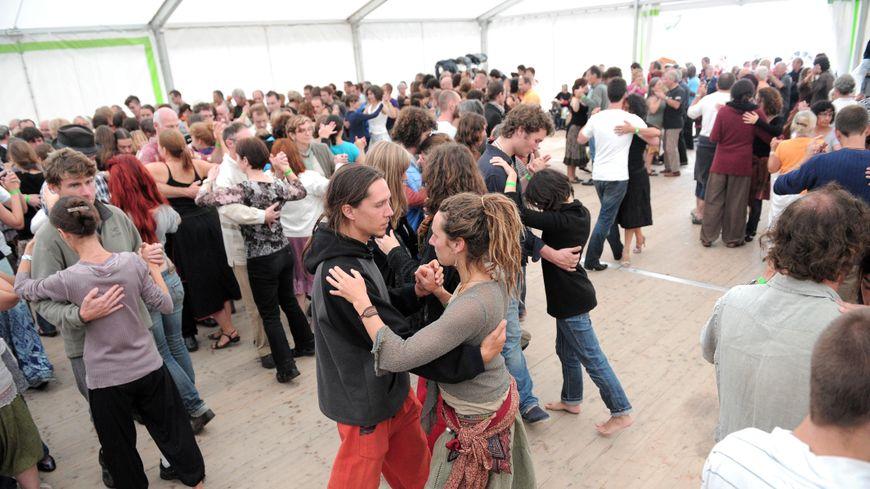 Le grand bal de l'Europe a lieu tous les ans à Gennetines, dans l'Allier.