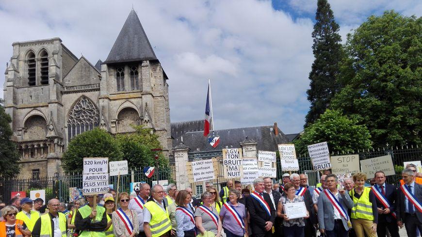 La manifestation, ce jeudi, devant la préfecture, au Mans, a rassemblé une centaine de personnes
