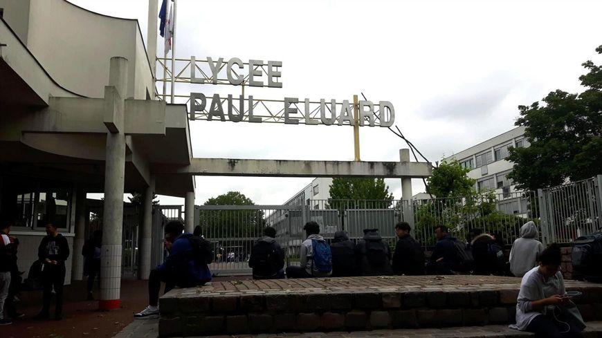Devant le lycée Paul Eluard de Saint-Denis