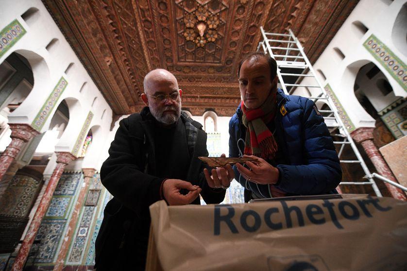 """Le conservateur des musées de Rochefort, Claude Stéfani (à gauche), au chevet du plafond de la """"mosquée"""" de Pierre Loti"""