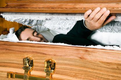 Pompes funèbres : quand on soulève le couvercle, on découvre que les arnaques sont nombreuses.