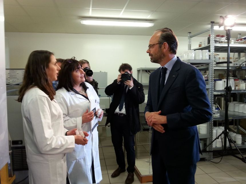 Edouard Philippe en visite aux laboratoires GeniAlis