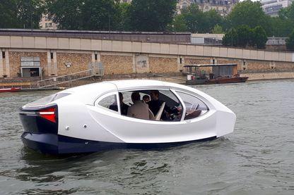 A l'arrêt on dirait un monospace flottant, mais le SeaBubble est en fait un petit hydroptère