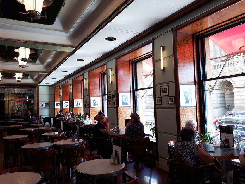 Ouvert en 1884 et nationalisé en 1948, le café Slavia fut l'un des lieux de rencontre de l'intelligentsia dissidente tchécoslovaque dans les années 1950 et pendant la normalisation après 1968