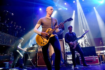 "Le guitariste du groupe ""A perfect circle"" Billy Howerdel sur scène pour le concert Above Ground en avril 2018 à Los Angeles, Californie."