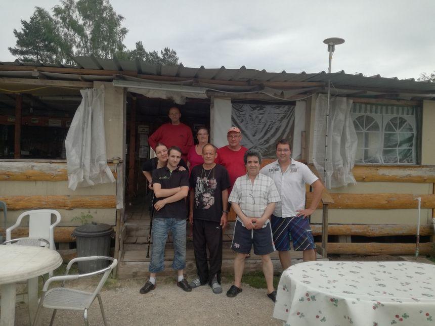 Gégé, avec le t-shirt de Johnny Hallyday son idole, entouré de ses amis campeurs