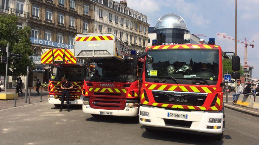En marge de la manifestation des fonctionnaires, les pompiers rassemblés devant la gare Lille Flandres