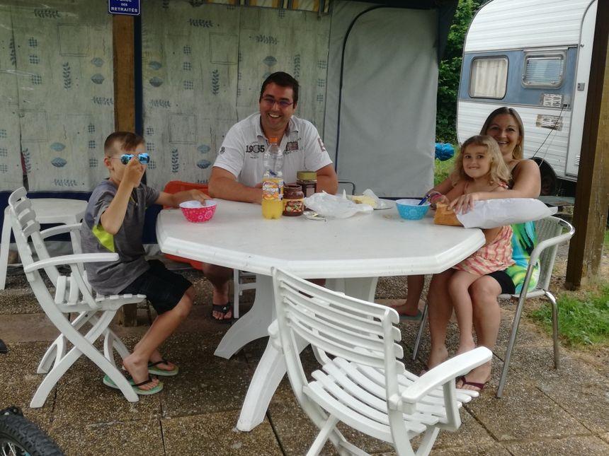 Petit-déjeuner en famille pour Steeve, Géraldine et leurs enfants