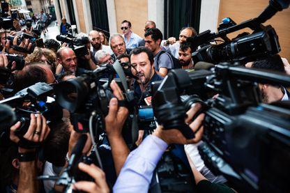 Matteo Salvini, leader de la Ligue d'extrême droite, assailli par les questions des journalistes