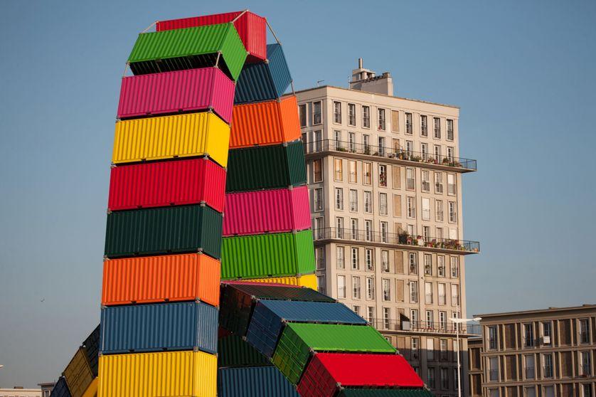 Catène de conteneurs, oeuvre du plasticien Vincent Ganivet
