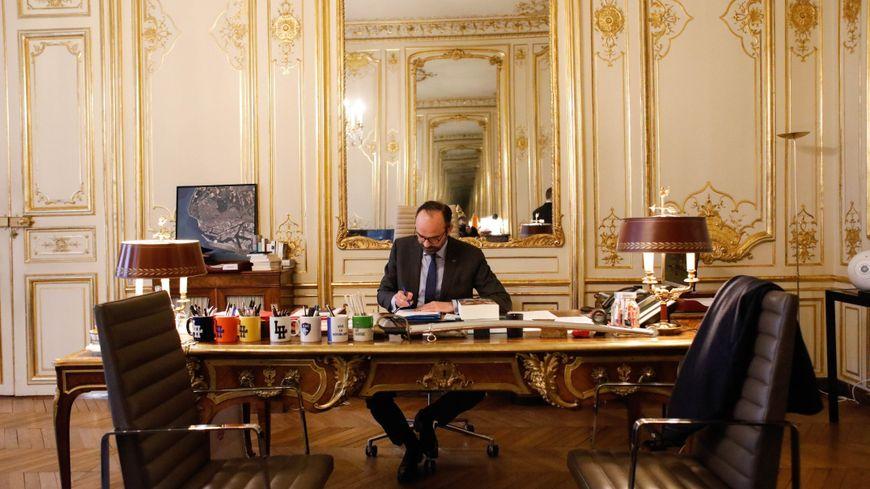Comme sur son bureau de maire, à Matignon, les mugs havrais sont en bonne place