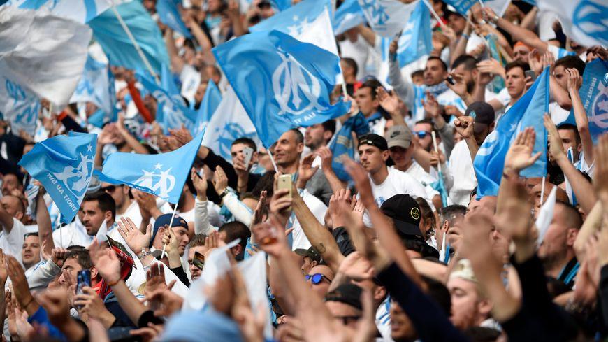 Les supporters de l'OM dans le Groupama Stadium de Lyon.