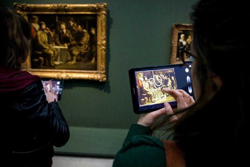 Des visiteurs utilisent l'application Ikonikat au musée du Louvre-Lens.