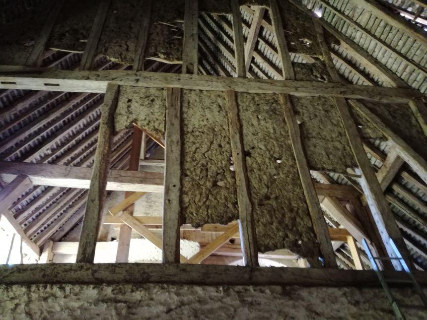 Par la suite, les propriétaires aimeraient également rénover les cloisons d'époque, faites de torchis,  qui sont en train de s'effriter.