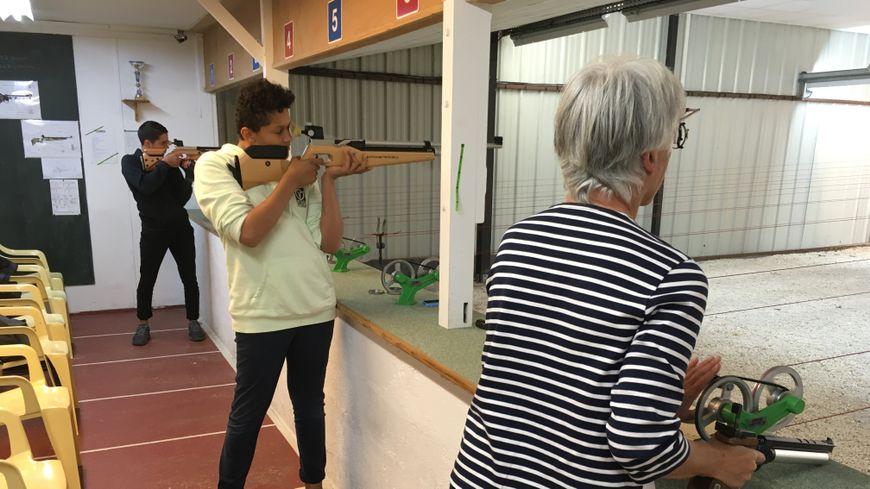 A l'Atlantic tir club de La Rochelle, tous les licenciés passent par six mois minimum de tir aux armes à air comprimé, le temps d'acquérir les bases de la sécurité.