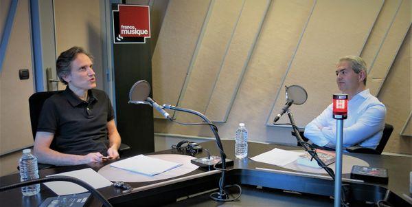 """France Musique, studio 152... Philippe Venturini & Vincent Agrech """"Un orchestre pour sauver le monde : voyage au coeur du Sistema"""" (g. à d.)"""