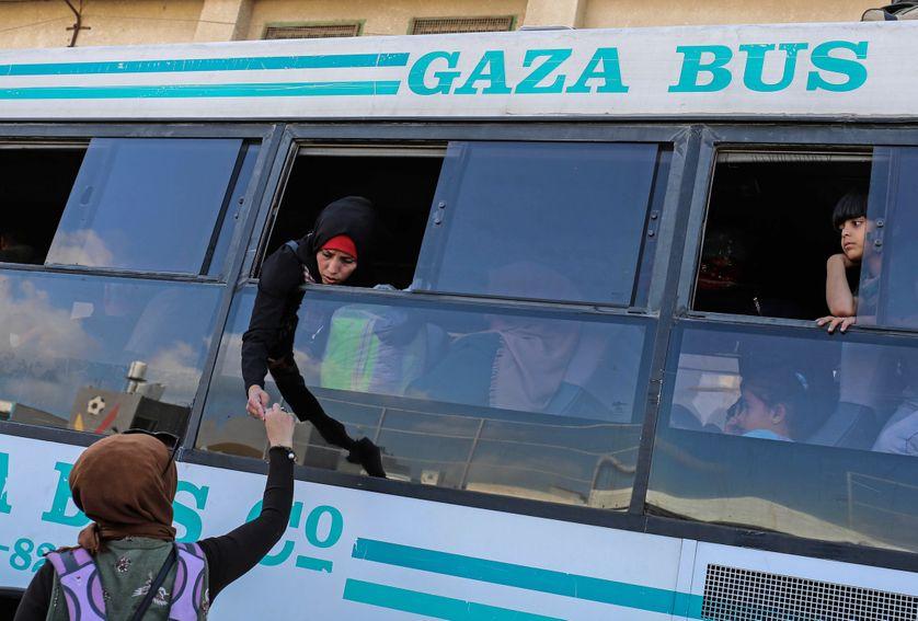 Des Gazaouis attendent dans un bus à Khan Younès, au sud de la bande de Gaza, l'ouverture du point de passage de Rafah (Egypte)