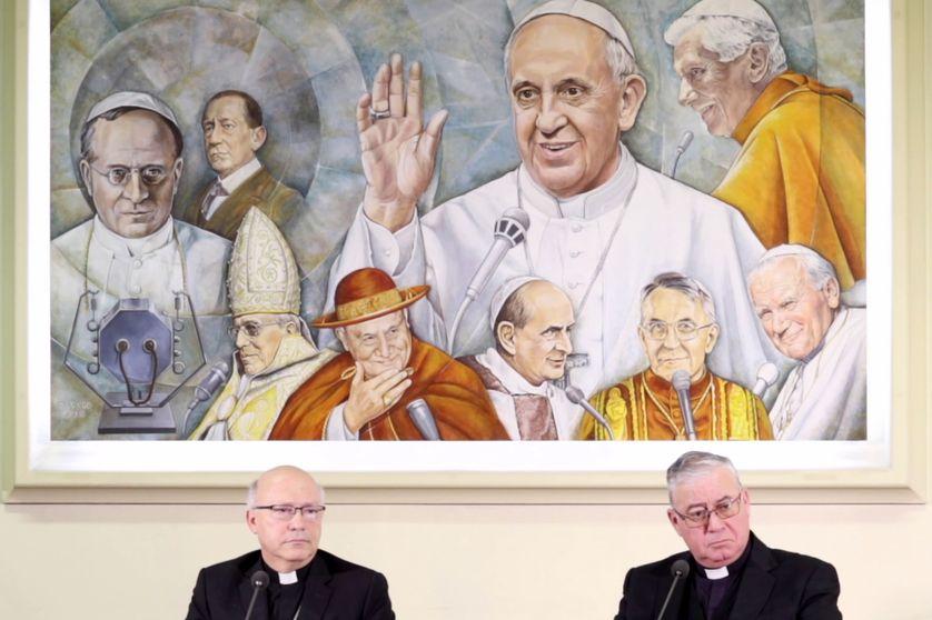 Deux membres de la conférence épiscopale chilienne donnent une conférence de presse au Vatican,  le 14 mai 2018