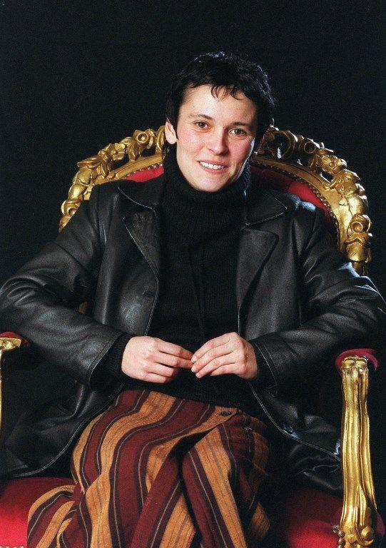 Valérie Rouzeau pose pour le photographe, le 06 décembre 2001 à Reims, dans le cadre du festival des Langagières