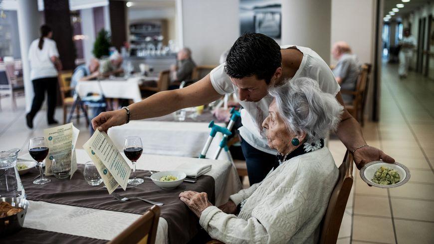 La ministre de la Santé a détaillé mercredi un plan pour répondre à la crise dans les établissements pour personnes âgées.