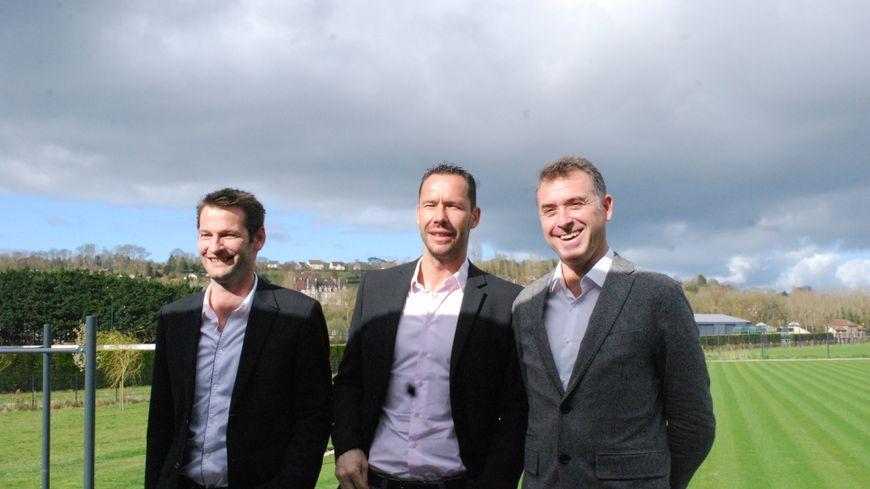 Grégory Brussot (à droite) entourant Michaël Llodra avec Martin Besancenot