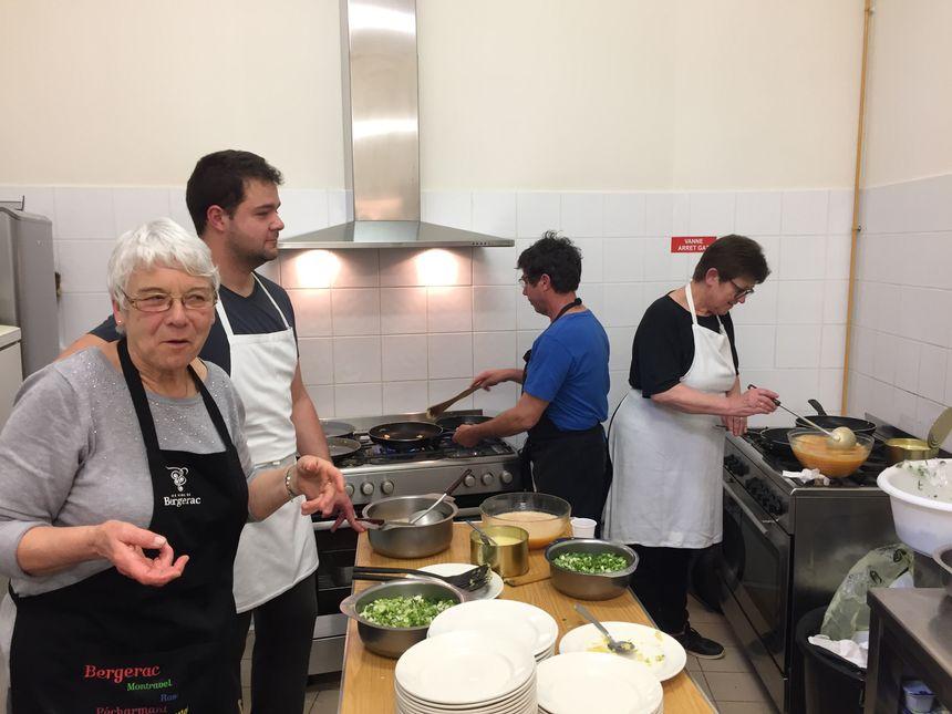 Josiane et son équipe préparent 300 omelettes