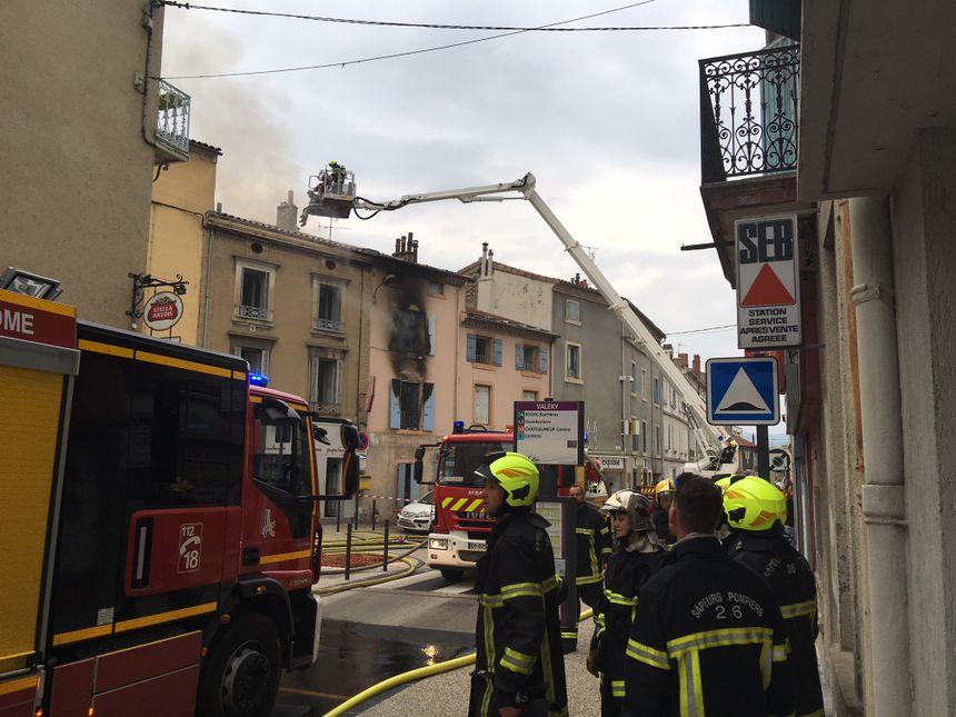 A 9h, il n'y avait plus de flammes mais de la fumée se dégageait encore de l'appartement et les pompiers étaient toujours sur place.